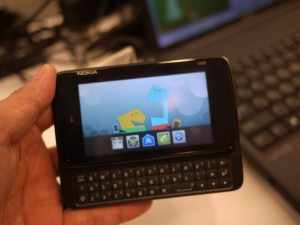 MeeGoがインストールされたスマートフォン